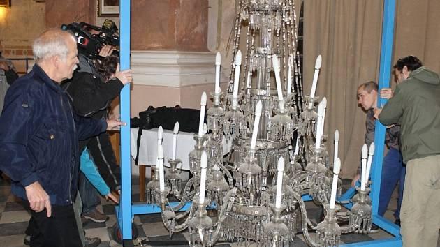 Havarijní stav vrbenského kostela svatého archanděla Michaela přiměl farníky ke krajnímu řešení: kostel uzavřeli, a svěsili historický lustr.