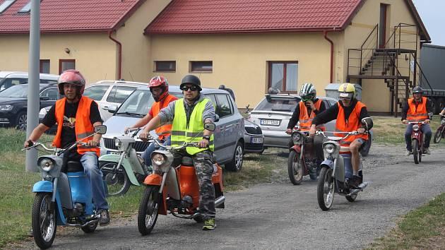 """Fichtlmánii uspořádala iniciativa """"Bohušov žije!"""", aby mladším ročníkům připomenula legendární dopravní prostředek: Jawu Pionýr."""
