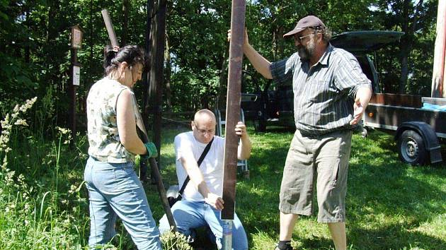 Vyzkoušeli jsme si. Marii Kuběnové a Stanislavu Mikulci pomáhal s výstavbou naučné stezky na Annaberg redaktor Deníku Karel Janeček (uprostřed).