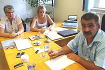 Senátor Jiří Žák začíná den monitoringem tisku a poradou se svými asistentkami Vladimírou Draždíkovou a Kamilou Buckou (zleva).