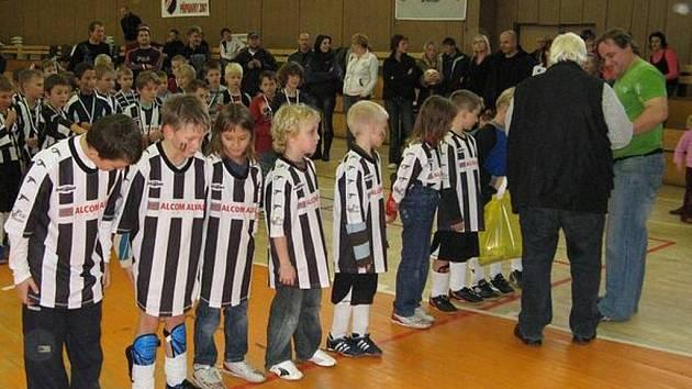 Tělocvična Střední průmyslové školy v Bruntále hostila fotbalový turnaj přípravek ročníku 2001 s názvem Juve Cup 2009. Na snímku bronzový oddíl Juventusu Bruntál.