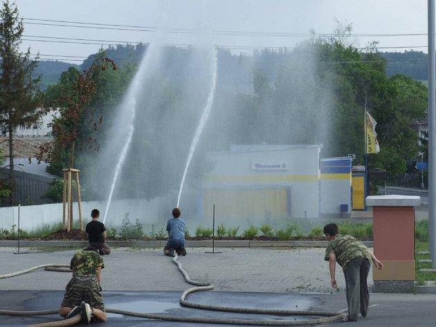 Zastupitelé se přišli podívat také na trénink mladých hasičů.