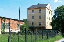 Bytový dům u Řempa by po výstavbě obchvatu zůstal odříznutý mezi řekou a protihlukovými bariérami. Proto ho město Krnov vykoupí a nechá zdemolovat. Levné to ale nebude.
