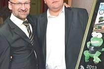 Vítězem dražby památeční zubaté žáby se na sobotním městském plese stal sám závodník Martin Kolomý (vpravo). Soupeřem mu byl Roman Strohner (vlevo), který vydražil první plaketu se žábou loni a letos chtěl přidat další do sbírky.