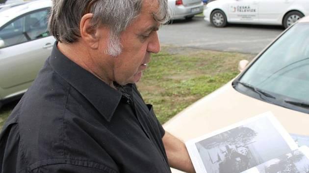 František Rechtorik s kronikami obcí Ryžoviště, Kněžpole, Tylov a Lomnice, které vydalo občanské sdružení Staré Sovinecko.