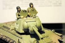 Minivojáci jedou válčit v tančíčku T-37, kterému modelář přidal dokonce i bláto na pancíř. Chtěl, aby model vypadal přesně jako originál, který v roce 1943 bojoval u 1. československé samostatné tankové brigády.