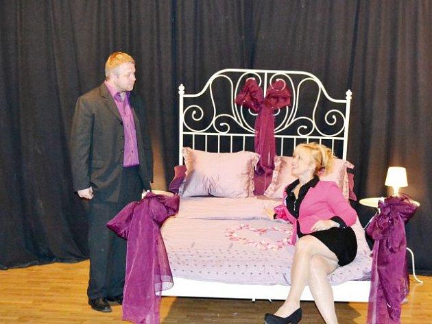 Kdo se bojí postele? Divadelní soubor Kantoři nabídne skvělou podívanou v pátek 31. října ve vrbenské Střeše. Bude na co koukat.