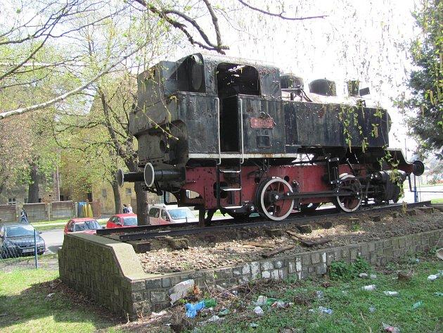 Na podstavci před krnovským nádražím stála parní lokomotiva Bufan, která nejezdila na běžných tratích, ale vcukrovaru. 24let sloužila jako pomník a objevila se ive filmu Housata.