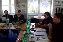 Karel Michalus a František Langer z vrbenského spolku s myslivcem Jaroslavem Máderem a lesníkem Vítězslavem Závodným (zprava) projednávají lesní slavnost.