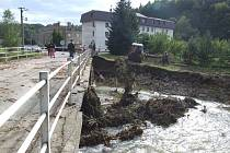Most v Dívčím Hradě byl tak podemletý a zničený proudem vody, že musel být uzavřen pro automobilovou dopravu.