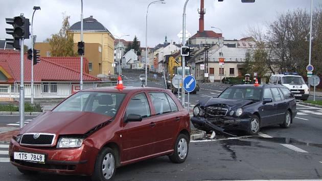 I přes instalaci semaforů se na křižovatce stále bourá.