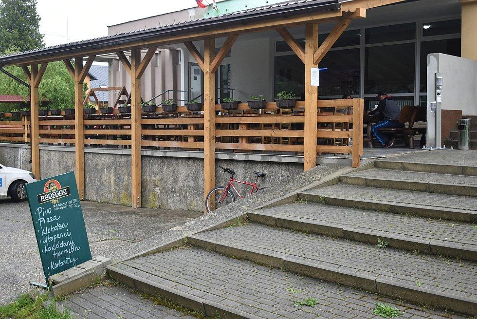 Restaurace Třináctka ve Slezských Rudolticích využila lockdown k zastřešení zahrádky. Pondělí 17. května 2021: první den otevřeno.