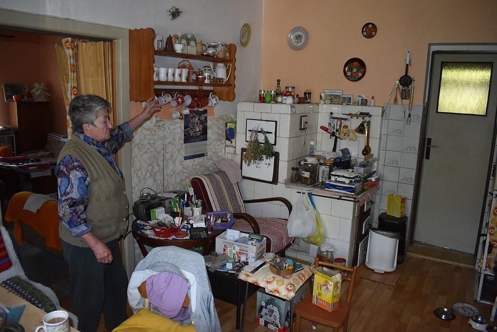Paní Anna Řežuchová bydlí v Janově pod Tisíciletou lípou. Ráda vzpomíná a umí krásně vyprávět.