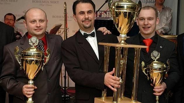 Nejlepší český barman roku 2009 Zbyněk Špičák (uprostřed) ze Starého Města u Bruntálu.