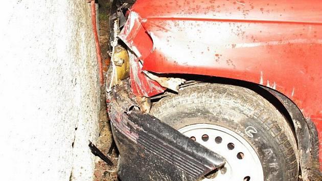 Mladíkova noční dobrodružná jízda pod vlivem alkoholu skončila nárazem do zdi paneláku.