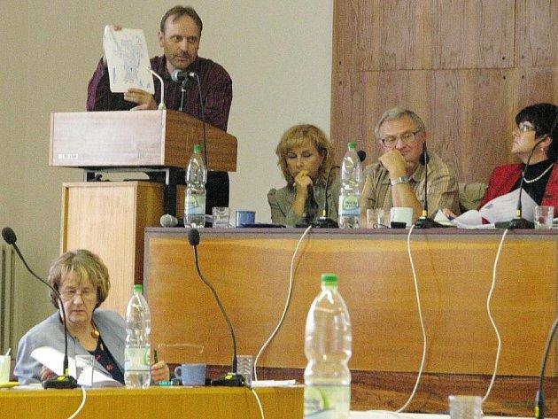 Pavel Petr, ředitel městské policie v Bruntále předložil zastupitelům návrh na rozšíření vyhlášky, zakazující ve městě veřejné popíjení alkoholu.