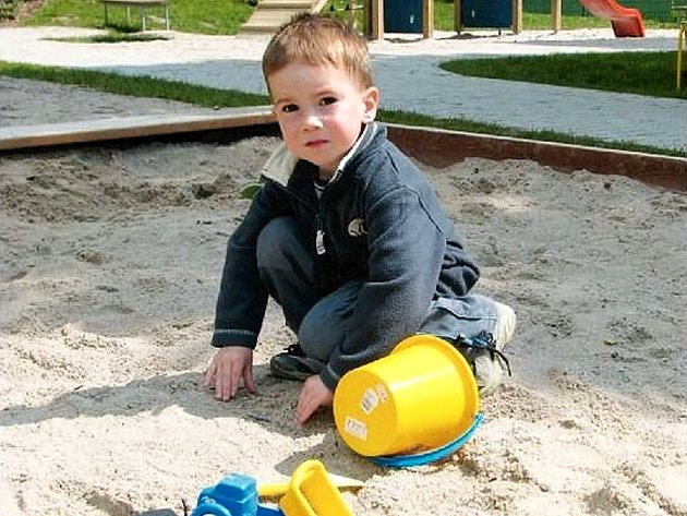 NA HŘIŠTI. Pohrát si na pískovišti nebo se vyskotačit na prolézačkách, to udělá radost každému dítěti. Na tahle zařízení jsou ale čím dál přísnější normy. Ilustrační foto.