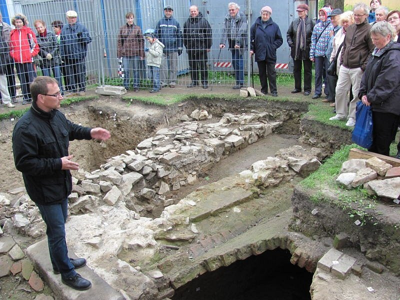 Michal Zezula (vlevo) z ostravské pobočky Národního památkového ústavu představil Krnovanům archeologické naleziště kolem krnovského kostela svatého Martina.