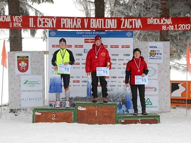 David Volek na stupních vítězů (vpravo). Mladík z Břidličné vybojoval díky bezchybné střelbě třetí místo.