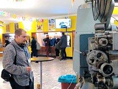 Krnovským kinem se o víkendu kromě češtiny nesla také polština, angličtina, němčina nebo švédština. Skalní fanoušci klasických filmů jsou totiž ochotni cestovat do Krnova z velké dálky za zážitky, které jim nemůže nabídnout žádné moderní kino.