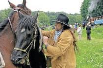 Pony express poveze poštovní zásilky ze Slezských Rudoltic do Osoblahy. Jsou spolehlivější kurýři na koních nebo parní vlaky? To ukáže 8. července Fajné léto.