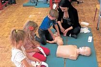 Děti si umí kurz první pomoci na krnovské zdravce užít.
