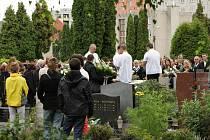 Pochmurná zatažená obloha provázela nedělní pohřeb jedenáctileté dívky na krnovském hřibitově.