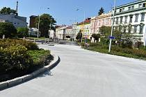 V Krnově kolabuje doprava, ale snad se podaří už tento týden zprovoznit první z uzavřených kruhových objezdů. Dopravní situace se odblokuje teprve až místo semaforů začnou auta jezdit obousměrně.