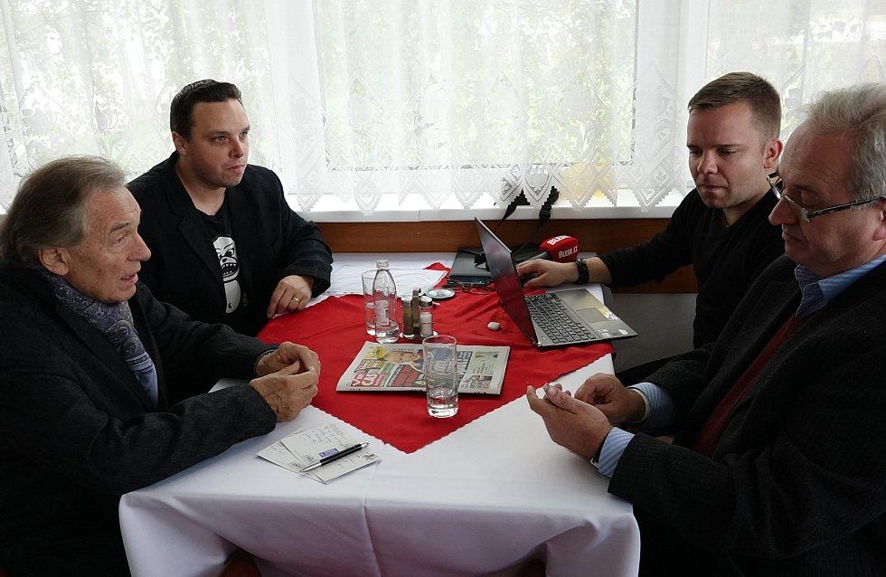 Karel Gott si na svých turné obvykle se svými spolupracovníky zašel do restaurace, nepohrdl ale ani prostým chlebem.