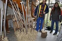 Vidláci, kteří v sobotu přijedou do Lichnova s vlastními vidlemi,  budou mít připravené balíky slámy na bezpečné zapíchnutí  svého nástroje. Také se s nimi mohou zapojit do sportovního klání.