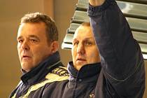 Kouč Antonín Plánovský (vpravo) a jeho asistent Jan Kostovský sledují své svěřence v zápase s Hodonínem.