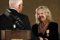 Prezident Václav Klaus před měsícem u příležitosti 91.výročí založení Československé republiky udělil vysoké státní vyznamenání také zpěvačce Evě Pilarové. Její úžasný hlas si můžeme vychutnat 30. listopadu v krnovském divadle.