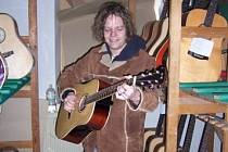 Filip Horáček zkouší kytaru.