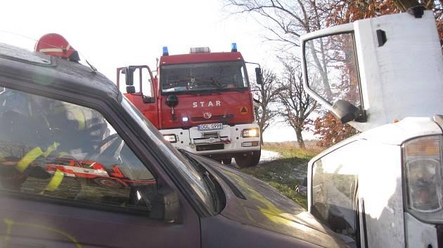 Cvičení hasičů. Zásah u dopravní nehody dvou osobních vozidel s vyproštěním osob u obce Rusín.