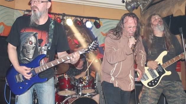Dlouholetí metaloví šílenci V.A.R. přijeli do Bruntálu z Liberce. Blýskli se staronovými hity ze staronového alba Personal Destruction, které remastrovali ve studiu Miloše Dodo Doležala.