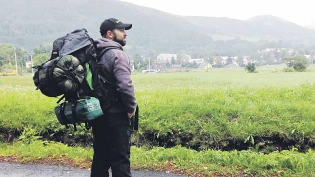 Martin Hon na turistickém výšlapu u Vrbna pod Pradědem. Během těchto dnů je Martin se svou přítelkyní na výpravě, během níž chtějí zdolat 74 jesenických tisícovek.