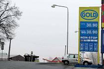 Krnovský benzín bývá běžně o dvě až tři koruny dražší než v Bruntále nebo v Městě Albrechticích. Čím je Krnov tak mimořádný, že má nejdražší benzín široko daleko?