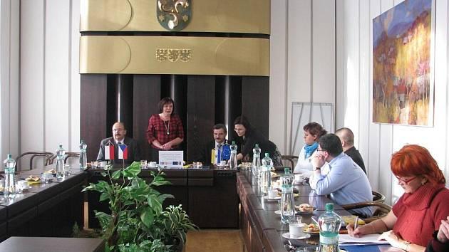 Starostka města Krnova Renata Ramazanová (stojící) na radnici rekapituluje a slavnostně ukončuje česko-polský projekt sloužící k rozvoji cestovního ruchu v příhraničí Krnova.