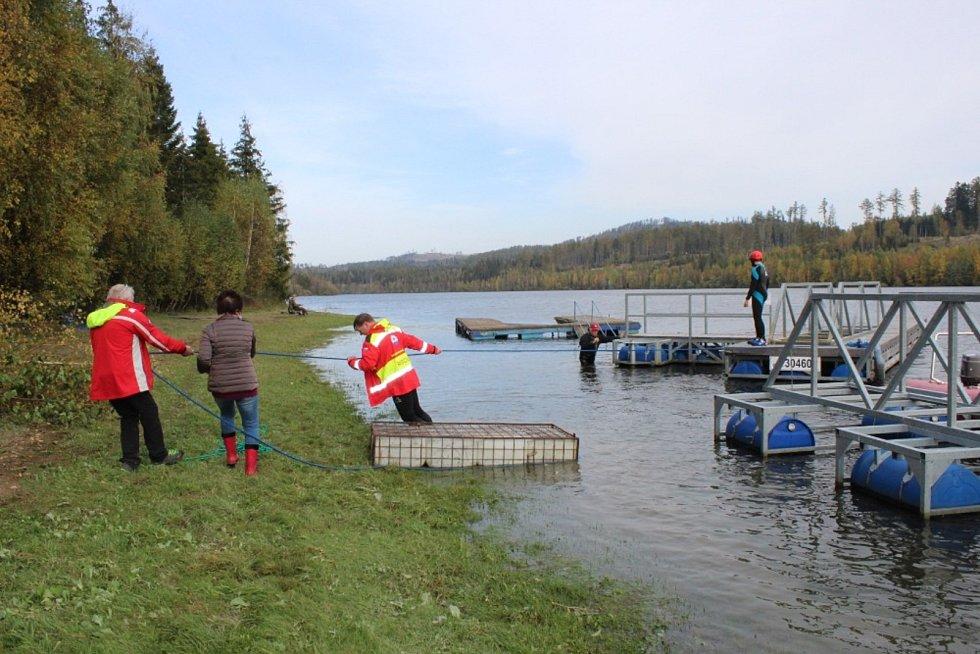 Bruntálští vodní záchranáři pomáhali vysvobodit molo. Nejdřív uplavalo, pak ho proudy a vítr unášely kilometry po Slezské Hartě, až nakonec uvízlo na břehu.