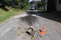 Při průjezdu kolem penzionu v Andělské Hoře zachytil řidič spodkem Opelu Astra Caravan o chránič vodovodního ventilu, který se vypínal ze silnice. Urazil o něj vanu vozu.