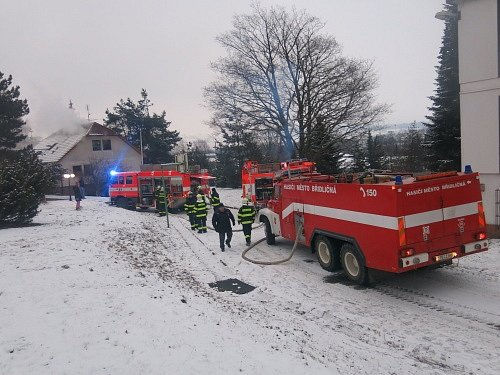 Pět jednotek hasičů zasahovalo v Rýmařově v pondělí odpoledne a večer u požáru rodinného domku typu Okal.