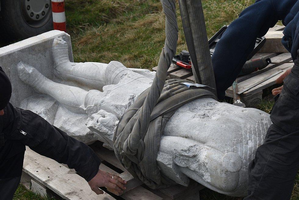 V Hlince před mnoha lety vandal změnil památník padlým  na Bezhlavého rytíře. V restaurátorské dílně rytířovi vrátí tvář, aby se zase stal důstojnou pietou.