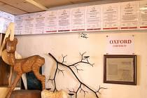 V jiříkovské galerii je i tato malá výstava certifikátů, které Jiří Halouzka získal za vytvořené rekordy. Své místo zde má i certifikát o zápisu do Oxford encyklopedie.