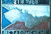 Odznak s datem 21. 8. 1968, mapou a vlajkou původní Československé republiky a nápisem NEZAPOMENEME.