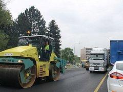Nekončící kolony automobilů jsou od pondělí 25. května v bruntálské Dukelské ulici minulostí. Místní firma se přesunula do sousedních ulic.