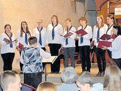 Ženský komorní sbor Puellae Cantantes na jednom ze svých vystoupení v Koncertní síni sv. Ducha v Krnově.