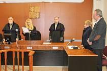 Pavel H. ze Zubří (vpravo) během předčítání odsuzujícího rozsudku bruntálskou soudkyní Vladimírou Kikerlovou.