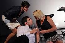 Vojtěch Kotek a tři dámy nabídnou návštěvníkům krnovského divadla inteligentní humor.