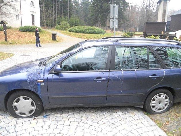 Policisté případ šetří jako podezření z trestného činu poškození cizí věci, škoda je předběžně vyčíslena na dvacet tisíc korun.