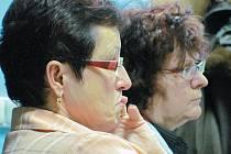 Zasedání krnovského zastupitelstva pozorně sleduje ředitelka Devětsilu Milena Baranová (vlevo), a ředitelka střediska Méďa Sylva Vlašánková (vpravo). Obě dámy odcházely zklamané. Nenašly se peníze ani na přemístění Devětsilu do léčebny Ozon.